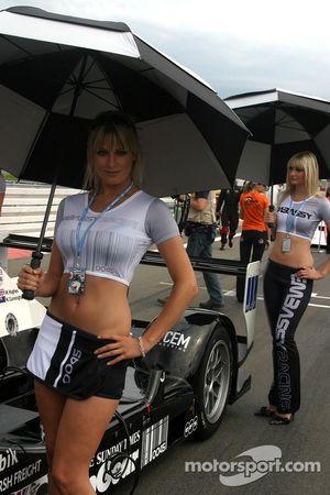 Un jolie jeune femme Embassy Racing