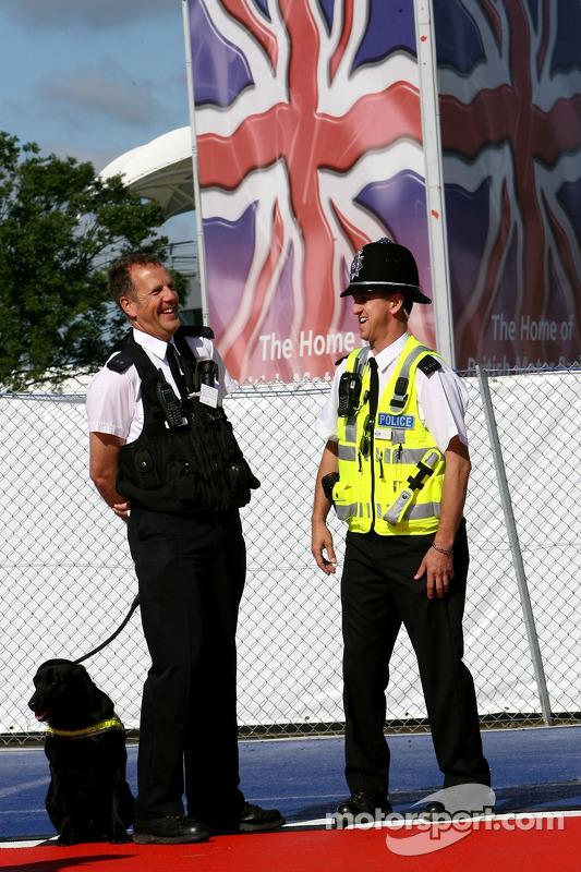 La police dans le paddock