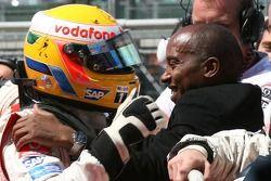 Ganador de la Pole Position Lewis Hamilton, McLaren Mercedes, MP4-22, celebra con su padre Anthony H