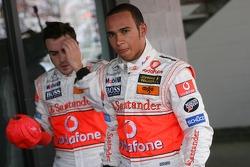 Ganador de la Pole Position Lewis Hamilton, McLaren Mercedes, MP4-22 y el tercer puesto, Fernando Al