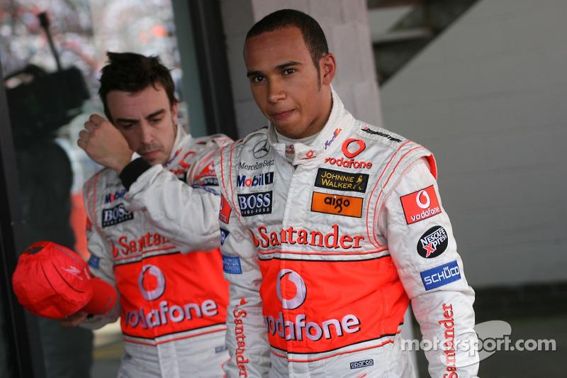 Ganador de la Pole Position Lewis Hamilton, McLaren Mercedes, MP4-22, tercero Fernando Alonso, McLaren Mercedes, MP4-22