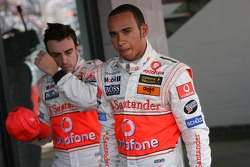 Ganador de la Pole Position Lewis Hamilton, McLaren Mercedes, MP4-22, tercero Fernando Alonso, McLar