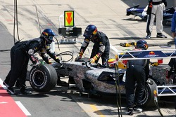 Mark Webber, Red Bull Racing, se retira de la carrera