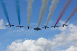 La Royal Air Force Red Arrows realizan su exhibición aérea