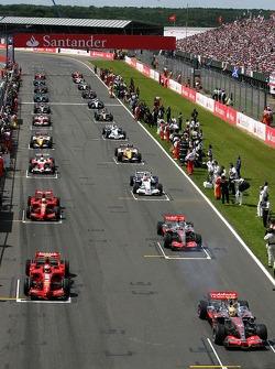 Coches comienzan la vuelta de formación, Lewis Hamilton McLaren Mercedes MP4-22, Kimi Raikkonen, Scu