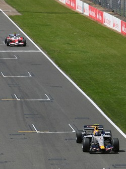 Mark Webber, Red Bull Racing, RB3 y Jarno Trulli, Toyota Racing, TF107