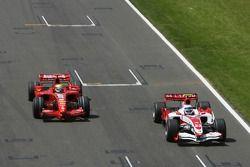 Anthony Davidson, Super Aguri F1 Team, SA07 y Felipe Massa, Scuderia Ferrari, F2007