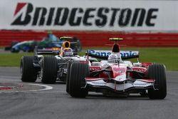 Jarno Trulli, Toyota Racing, TF107 y Mark Webber, Red Bull Racing, RB3