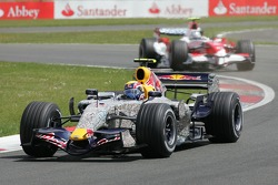 Mark Webber, Red Bull Racing, RB3 en Jarno Trulli, Toyota Racing, TF107