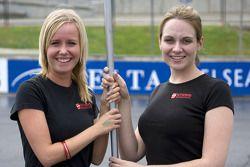 Speed World Challenge, jeunes femmes avec un drapeau