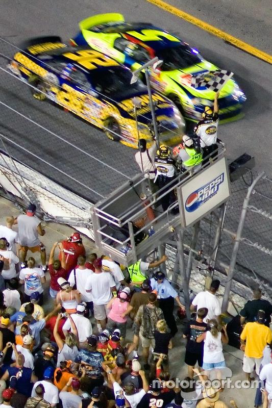 Daytona 2007: Jamie McMurray vs Kyle Busch
