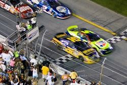 Fotofinish: 1. Jamie McMurray, Roush Fenway Racing Ford; 2. Kyle Busch, Hendrick Motorsports Chevrolet