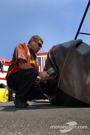 Vérification de la pression des pneus sur la voiture de Bob Vandergriff Jr.