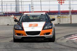 La voiture de rythme Mazda devant le peloton avant la course