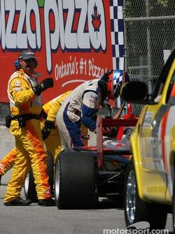 Tom Sutherland sort de sa voiture