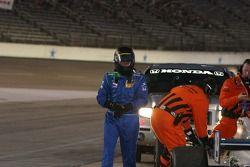 Jon Herb inspecte sa voiture endommagée