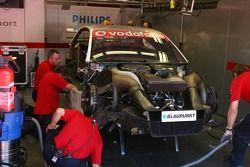 Mécaniciens d'Audi travaillant sur la voiture de Lucas Luhr, Audi Sport Team Rosberg, Audi A4 DTM, lors de la séance de l'après-midi