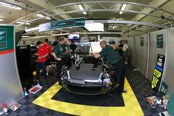 Membres de l'équipe Aston Martin Racing Larbre au travail