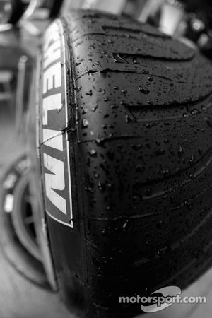 Gouttes de pluie sur un pneu Michelin