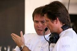 Gerhard Ungar, chef designer AMG, parle à Axel Randolph, ingénieur de course de Mika Hakkinen