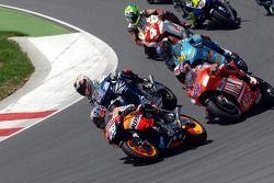 Старт: Дани Педроса едет впереди Марко Меландри и Кейси Стоунера