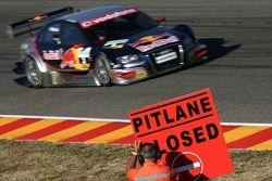 Mattias Ekström, Audi Sport Team Abt Sportsline Audi A4 DTM, passe un panneau indiquant voie des sta