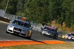 Mika Häkkinen, Team HWA AMG Mercedes, AMG Mercedes C-Klasse, derrière la voiture de sécurité, mène le peloton