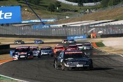 Mika Häkkinen, Team HWA AMG Mercedes, AMG Mercedes C-Klasse, mène la course