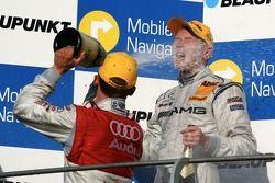 Podium: Mattias Ekström, Audi Sport Team Abt Sportsline, donne à Mika Hakkinen, Team HWA AMG Mercedes, une douche au champagne