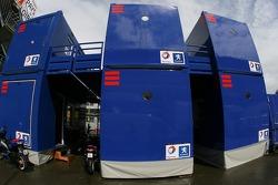 des unités d'équipe Peugeot Total dans le paddock