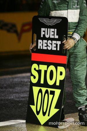 Membre de l'équipe Aston Martin Racing attendant la voiture #007