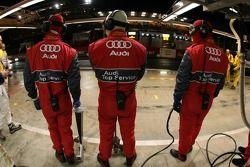 Membres de l'équipe Audi Sport Team Joest attendant la voiture #3