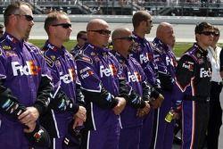 Denny Hamlin et l'équipage FedEx Chevy pendant l'hymne national