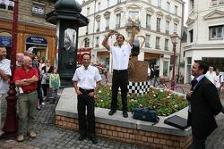 Emanuele Pirro prend des photos lors de la cérémonie de dévoilement de la plaque d'égout gagnants dans le centre-ville du Mans