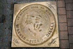 Le couvercle de la plaque d'égout des traditionnels gagnants au centre-ville du Mans