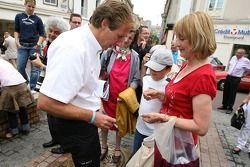 Frank Biela signe des autographes lors de la cérémonie de la plaque d'égout des traditionnels gagnants dans le centre ville du mans