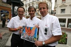 Les vainqueurs des 24 Heures du mans 2006 Marco Werner, Franck Biela et Emanuele Pirro, posent avec un dessin les représentants lors de la cérémonie de la plaque d'égout des traditionnels gagnants dans le centre ville du mans