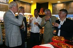 Emanuele Pirro à l'inauguration d'une épicerie fine après la cérémonie de la plaque d'égout des traditionnels gagnants dans le centre-ville du Mans