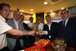 Marco Werner, Frank Biela et Emanuele Pirro à l'inauguration d'une épicerie fine après la cérémonie de la plaque d'égout des traditionnels gagnants dans le centre-ville du Mans
