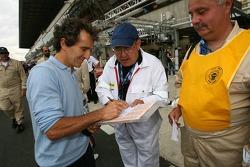 Alain Prost signe des autographes