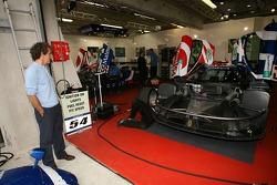 Alain Prost se penche sur la Saleen S7R du Team Oreca conduite par son fils Nicolas Prost