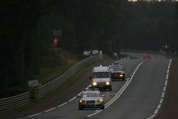 Ambulanciers et véhicules de service sur la piste après l'accident de la # 53 JLOC ISAO Noritake Lamborghini Murcielago