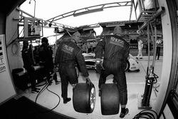 Membres de l'équipe Kruse Motorsport pratiquent les ravitaillements