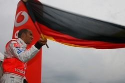 Льюис Хэмилтон, McLaren Mercedes, машет немецким флагом на картинговом мероприятии Vodafone