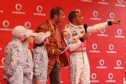 Льюис Хэмилтон, McLaren Mercedes и Кай Эбель на картинговом мероприятии Vodafone с молодыми картингистами