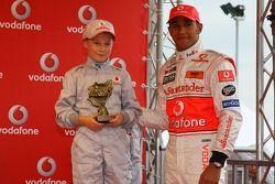 Льюис Хэмилтон, McLaren Mercedes, с молодыми картингистами на мероприятии Vodafone