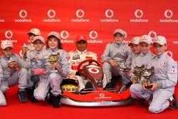 Льюис Хэмилтон, McLaren Mercedes, с молодыми картингистам на мероприятии Vodafone