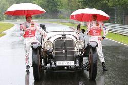 Фернандо Алонсо, McLaren Mercedes и Льюис Хэмилтон, McLaren Mercedes в Mercedes S 1927 года выпуска под дождем