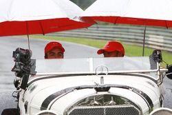 Фернандо Алонсо, McLaren Mercedes и Льюис Хэмилтон, McLaren Mercedes в Mercedes S 1927 года выпуска