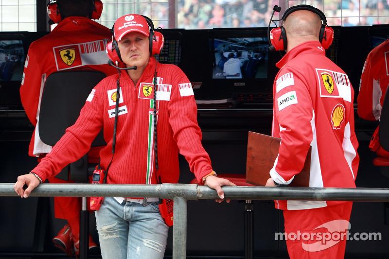 Михаэль Шумахер уже успел в первый раз завершить карьеру и помогал Ferrari советами, проводя Гран При на командном мостике